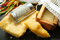 Parmezaanse kaaskaas De geraspte kaas van de Parmezaanse kaas Olive Wood Parmesan Che stock foto