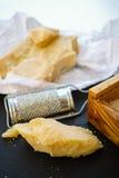 Parmezaanse kaaskaas De geraspte kaas van de Parmezaanse kaas Olive Wood Parmesan Che stock afbeelding