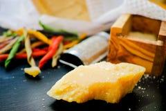 Parmezaanse kaaskaas De geraspte kaas van de Parmezaanse kaas Olive Wood Parmesan Che royalty-vrije stock foto