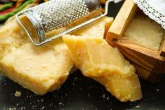 Parmezaanse kaaskaas De geraspte kaas van de Parmezaanse kaas Olive Wood Parmesan Che stock fotografie