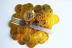 Parmi des piles des noeuds d'or et argentés de bitcoin et de blockchain tout autour Blockchain transfère le concept virtuel de cr Image libre de droits