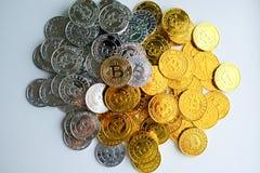 Parmi des piles des noeuds d'or et argentés de bitcoin et de blockchain tout autour Blockchain transfère le concept virtuel de cr Images libres de droits