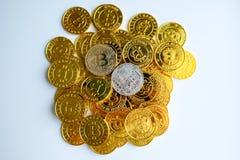 Parmi des piles des noeuds d'or et argentés de bitcoin et de blockchain tout autour Blockchain transfère le concept virtuel de cr Image stock