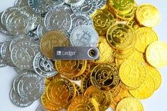 Parmi des piles des noeuds d'or et argentés de bitcoin et de blockchain tout autour Blockchain transfère le concept virtuel de cr Photographie stock libre de droits