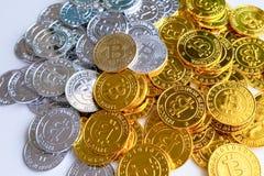 Parmi des piles des noeuds d'or et argentés de bitcoin et de blockchain tout autour Blockchain transfère le concept virtuel de cr Photos libres de droits