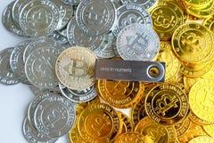 Parmi des piles des noeuds d'or et argentés de bitcoin et de blockchain tout autour Blockchain transfère le concept virtuel de cr Images stock