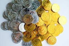 Parmi des piles des noeuds d'or et argentés de bitcoin et de blockchain tout autour Blockchain transfère le concept virtuel de cr Photo libre de droits