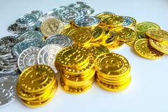 Parmi des piles des noeuds d'or et argentés de bitcoin et de blockchain tout autour Blockchain transfère le concept virtuel de cr Photo stock