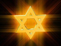 Parmi des rayons d'étoile de David d'or Images libres de droits