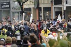 Parmi la police d'émeute. Images libres de droits