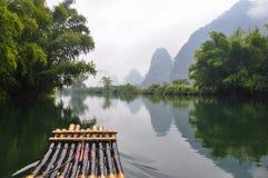 Parmi la rivière de Yulong images libres de droits