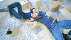 Parmi les boîtes dans un appartement vide banque de vidéos