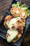 Parmigiana italiano clássico da galinha com molho do queijo e de tomate fotos de stock