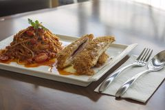 Parmigiana quente da galinha de Pomodoro dos espaguetes em uma tabela fotografia de stock