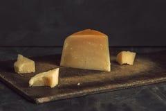 Parmigiano, affettato e martellato su un fondo scuro fotografia stock libera da diritti