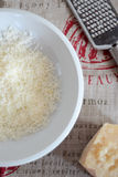Parmigiano grattato su un piatto Immagini Stock