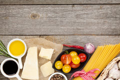 Parmigiano, pasta, pomodori, aceto, olio d'oliva, erbe e fotografia stock