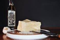 ParmigianoReggiano ost - stor stor bit av parmesanost arkivfoto