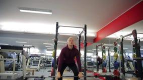 Parners da aptidão no sportswear que faz exercícios no gym Conceito do gym do esporte da aptidão Treinamento do Abs video estoque