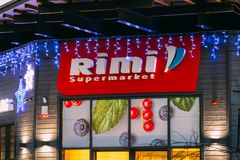 Parnu,爱沙尼亚 商标Rimi超级市场的略写法标志欢乐晚上夜圣诞节Xmas新年照明的 免版税库存照片
