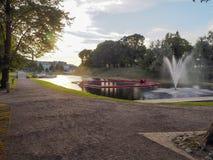Parnu,爱沙尼亚- 2016年7月08日:有喷泉的晚上公园 库存照片