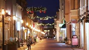Parnu, Εσθονία Άποψη νύχτας της διάσημης οδού Ruutli με τα παλαιούς κτήρια, τα εστιατόρια, τον καφέ, τα ξενοδοχεία και τα καταστή απόθεμα βίντεο