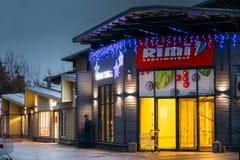 Parnu, Estland Abend-Ansicht von Rimi Supermarket In Festive Evening-Nachtweihnachtsweihnachtsneues Jahr-Beleuchtungen stockfoto