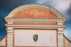 Parnu, Estonia Chiuda su della stemma sulle pareti del portone di Tallinn fotografia stock libera da diritti