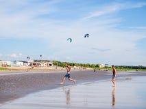 Parnu, Estonia - 6 de julio de 2016: Playa báltica Fotos de archivo