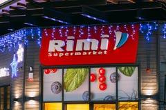 Parnu, Estonia Supermercado de Logo Logotype Sign Of Rimi en iluminaciones festivas del Año Nuevo de Navidad de la Navidad de la  Foto de archivo libre de regalías