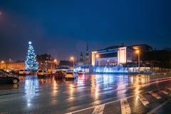 Parnu, Estonia Teatro di Endla, albero di Natale e teatro di Endla fotografia stock libera da diritti