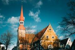 Parnu, Estonia Vista alta vicina della chiesa luterana della st Elizabet immagine stock
