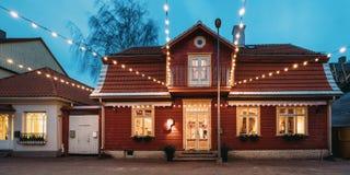 Parnu, Estonia Vista di notte di vecchia Camera di legno Camera a Puhavai fotografia stock