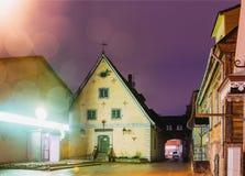 Parnu, Estonia Vista di sera di notte di più vecchia costruzione in Parnu A immagine stock libera da diritti