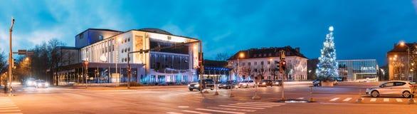 Parnu, Estonia Vista panoramica del teatro di Endla, albero di Natale sul quadrato centrale nell'anche il nuovo anno di natale di immagine stock libera da diritti