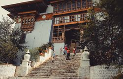 Paro, Μπουτάν - 10 Σεπτεμβρίου 2016: Χαμηλή άποψη γωνίας των τουριστών που στέκονται σκαλοπάτια στα παλαιά ναών Στοκ φωτογραφία με δικαίωμα ελεύθερης χρήσης