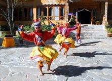 PARO, BHUTAN - November10, 2012 : Danseurs bhoutanais avec le colorfu Image stock
