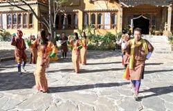 PARO, BHUTAN - November10, 2012: Niet geïdentificeerde jonge dansers binnen Royalty-vrije Stock Foto's