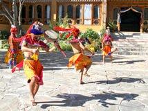 PARO, BHUTAN - November10, 2012: Tänzer von Bhutan mit colorfu Lizenzfreies Stockbild