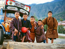 PARO, BHUTAN - OKTOBER 2005 : Enfants du Bhutan Équipe de football Photographie stock libre de droits