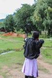 Paro, Bhutan - 18. September 2016: Bogenschütze von Bhutan an einem Bogenschießenwettbewerb, der nationale Sport von Bhutan Stockfotografie