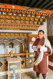 Paro, Bhutan - 10. September 2016: Lokaler Fremdenführer von Bhutan, der die traditionelle Kleidung steht in einem Tempel trägt Stockfoto