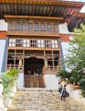 Paro Bhutan - September 10, 2016: Sikt för låg vinkel av trappa för en gammal tempel Royaltyfri Fotografi