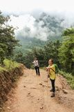 Paro Bhutan, Wrzesień, - 18, 2016: Dwa turystycznej kobiety wycieczkuje na sposobie Taktshang Palphug monaster, Bhutan (tygrysa g fotografia royalty free