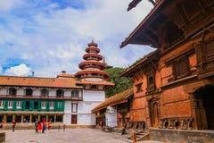 Paro Bhutan, Wrzesień, - 18, 2016: Ludzie w tradycyjnego Bhutanese świątynnej architekturze w Bhutan, Południowa Azja obraz stock