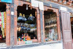 Paro Bhutan, Wrzesień, - 17, 2016: Różnorodni towary wystawiający w tradycyjnym ogólnym sklepie w Paro dolinie, Bhutan Obraz Royalty Free