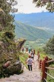 Paro Bhutan, Wrzesień, - 18, 2016: Turyści na sposobie z powrotem od Taktshang Palphug monasteru, Bhutan (tygrysa gniazdeczko) obraz royalty free