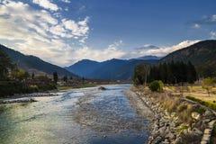 Paro Chuu rzeka na Ładnym dniu, Paro miasto, Bhutan zdjęcie stock