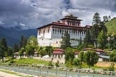 Paro Dzong с плавая облаками, Paro, Бутан стоковые фото