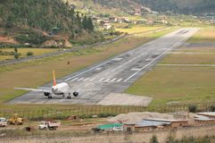 Paro flygplats från vägen Arkivbild